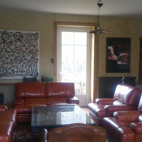 grand salon canapés confortables artiste tableau art cinéma dordogne vacance location saisonnière