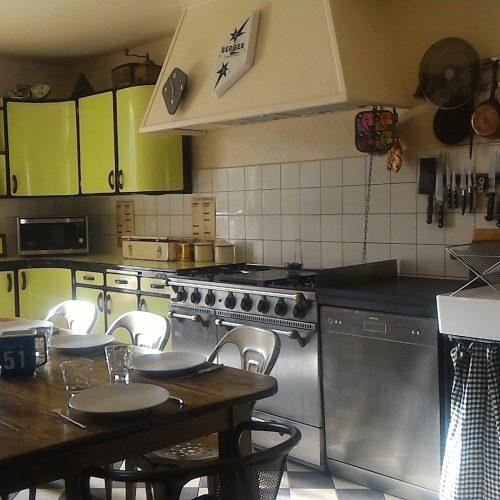 cuisine equipée confort vaisselle piano godin lave vaisselle micro onde frigo américain gite vacances